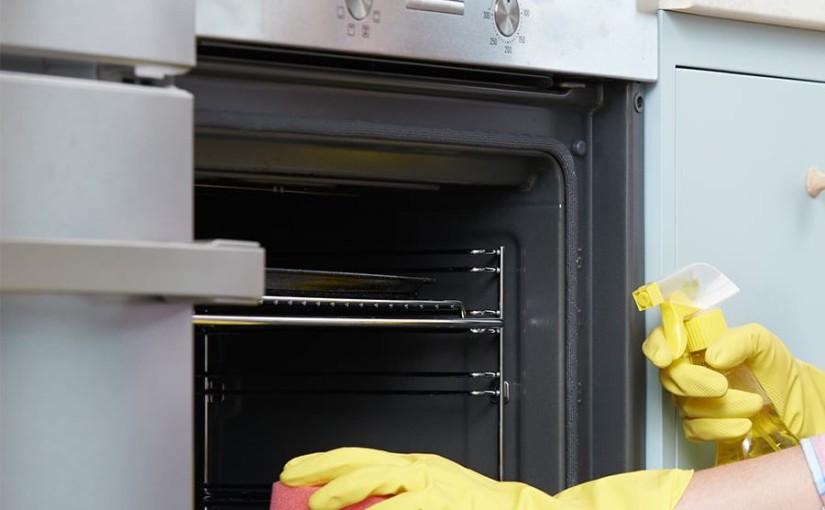 Quelles méthodes efficaces pour désodoriser le four ?